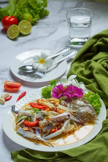 Alimento tailandese fresco del granchio blu della papaia dell'insalata della papaia. Foto Gratuite