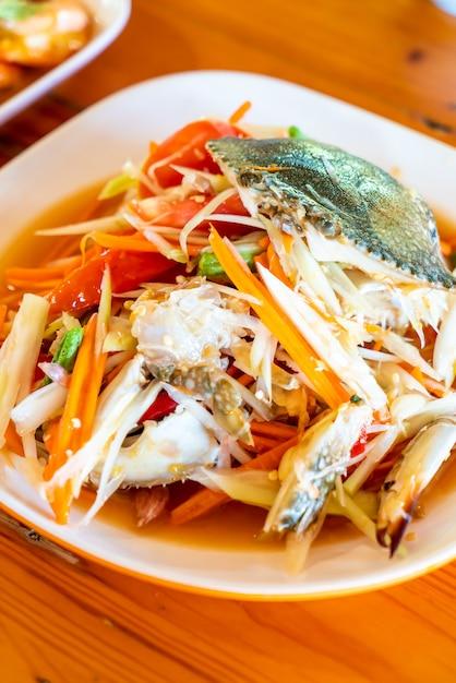 青蟹のパパイヤサラダ Premium写真