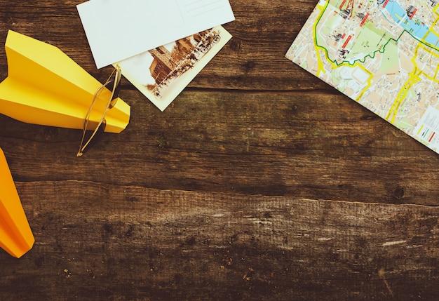 Бумажный самолетик с картой на деревянный стол. фон концепция путешествия Бесплатные Фотографии