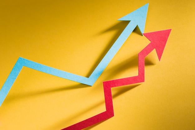 경제 성장을 나타내는 종이 화살표 프리미엄 사진