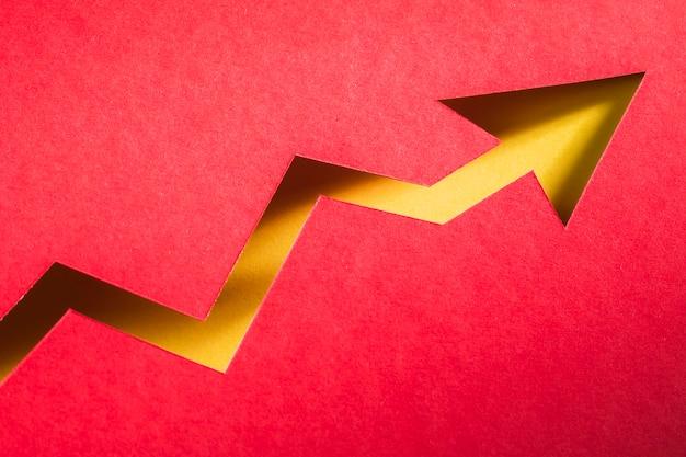 Forma di freccia di carta che indica la crescita dell'economia Foto Gratuite