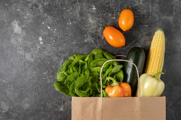 Paper bag of healthy vegetables Premium Photo
