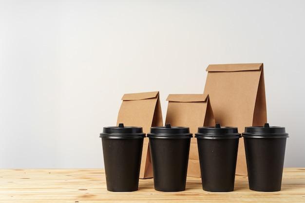 持ち帰り用の紙袋とコーヒーカップコンテナー Premium写真