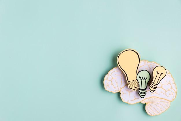 Бумажный мозг с лампочкой Premium Фотографии