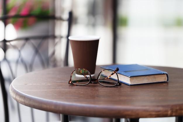 明るいテーブルの上のコーヒーの紙コップ Premium写真