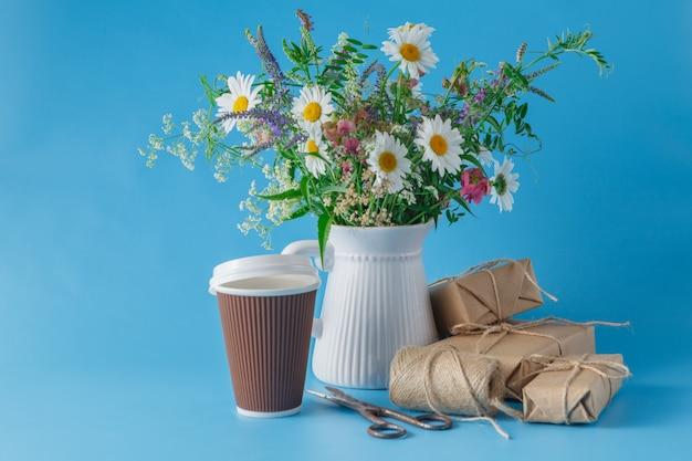 テーブルの上のコーヒーの紙コップ Premium写真
