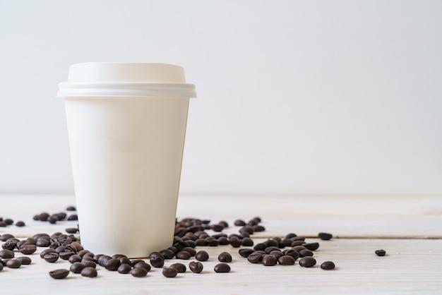 Бумажный стаканчик кофе на вынос Premium Фотографии