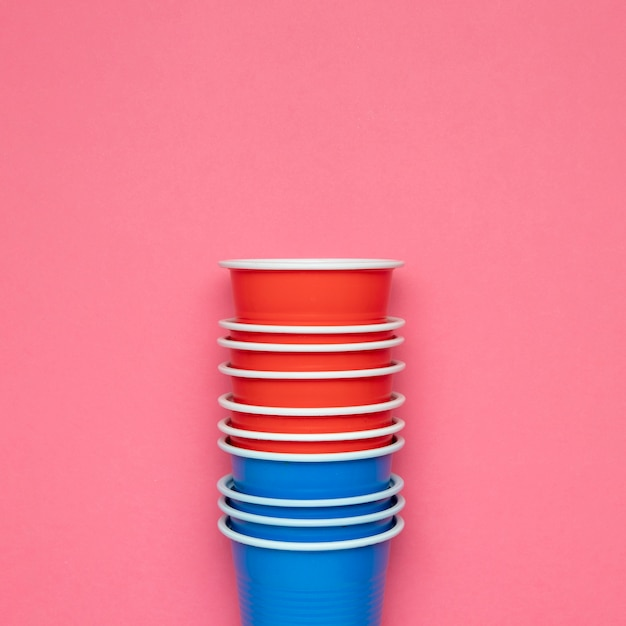 Paper cups on pink background Free Photo