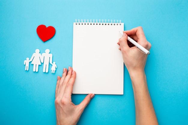 Семья отрезанная бумагой с концепцией сердца Бесплатные Фотографии