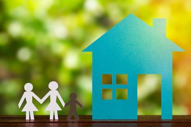 Бумага фигура гей-пара, взявшись за руки с приемным ребенком. голубой дом и фон денокации. разнообразие, концепция меньшинств. Premium Фотографии
