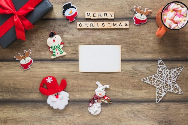 メリークリスマスのタイトル、プレゼントボックス、装飾的なおもちゃの近くの紙 無料写真
