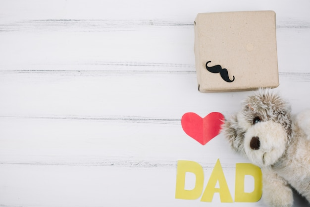 Paper red heart and dad title near toy and box Free Photo
