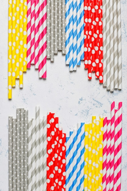 Cannucce di carta di diversi colori su tablewith leggero Foto Gratuite