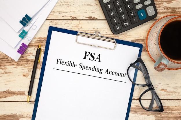 테이블, 계산기 및 안경에 유연한 지출 계정 Fsa가있는 종이 프리미엄 사진