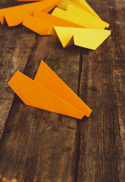 木製のテーブルの上の紙飛行機。旅行のコンセプト 無料写真
