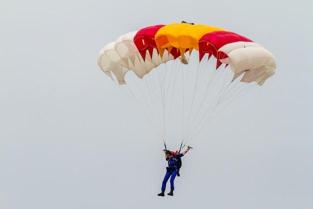 Parachutist of the papea Premium Photo