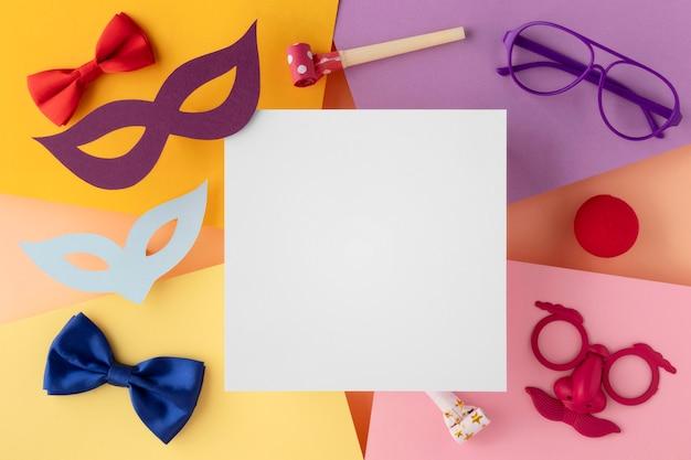 퍼레이드 마스크 및 액세서리 복사 공간 흰색 카드 프리미엄 사진