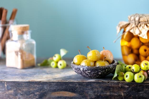 パラダイスアップルジャムと古い木製の表面に砂糖シロップの楽園リンゴ 無料写真