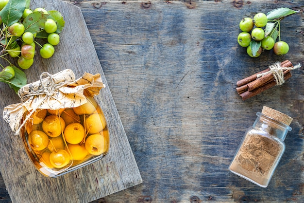 古い木製の表面に砂糖シロップの楽園りんご 無料写真