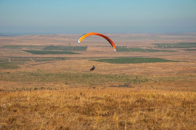 Paraglider flying in the sky on a sunny day active in koktebel Premium Photo