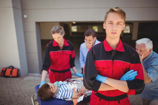 Paramedici che esaminano ragazzo ferito Foto Gratuite