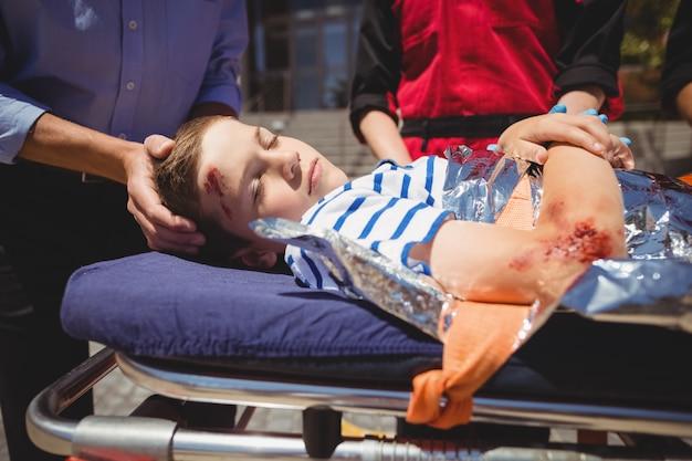 I paramedici si precipitano in un paziente in emergenza Foto Gratuite