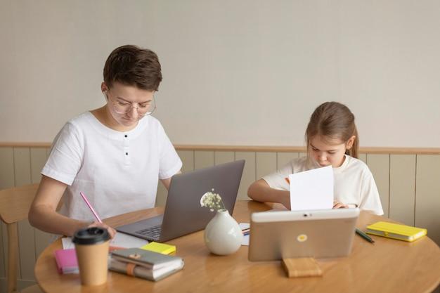 テーブルに座っている親と子 無料写真