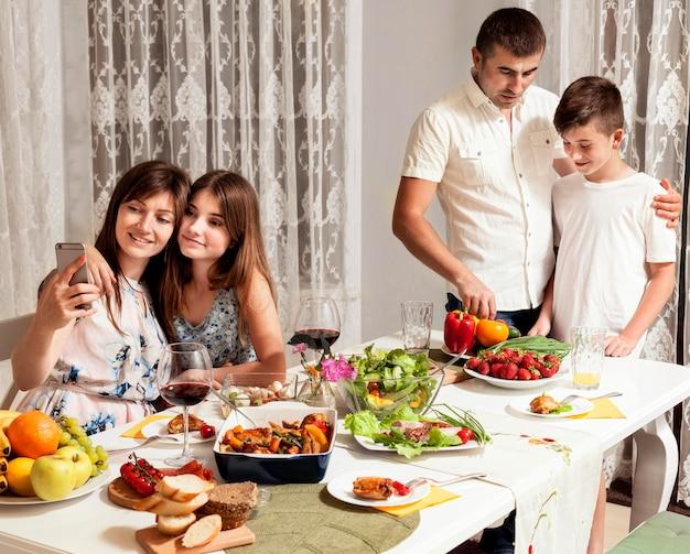 親子で一緒に夕食を楽しむ 無料写真