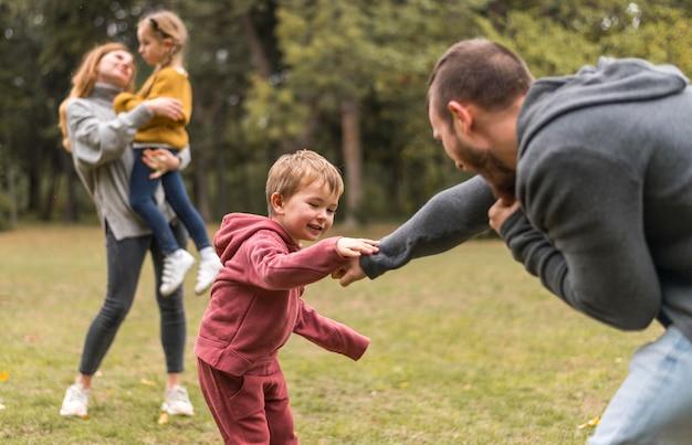 Родители и дети вместе играют на улице Бесплатные Фотографии