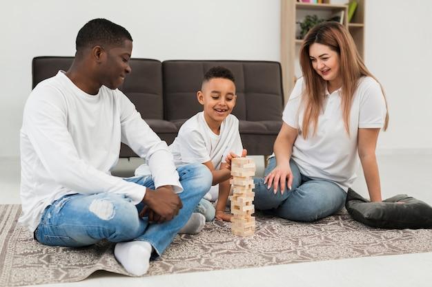 両親と息子が一緒にゲームをプレイ 無料写真