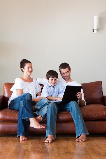 Мама с другом пока сын играет компьютер