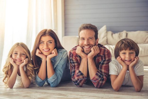 両親とその子供たちはカメラを見ています。 Premium写真