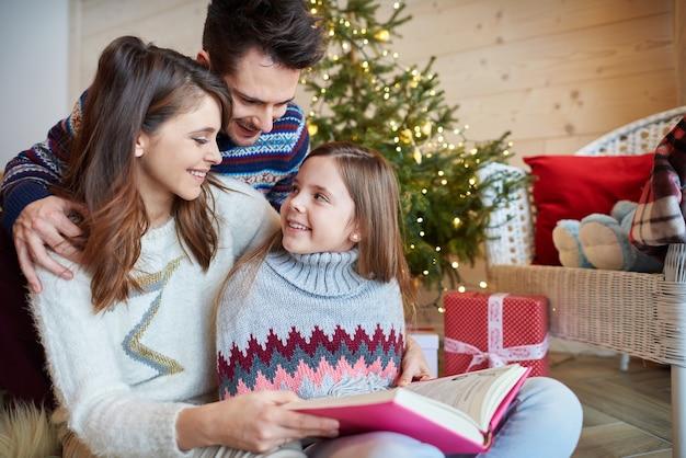 Genitori con ragazza carina leggendo favole Foto Gratuite