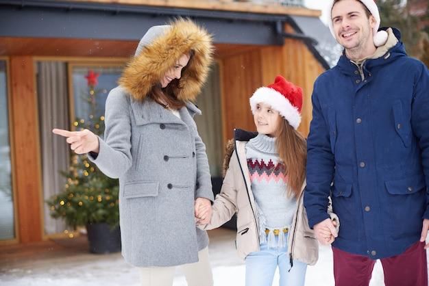 겨울 휴가를 축하하는 딸 가진 부모 무료 사진