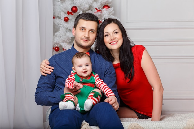 Parents with daughter in a christmas photo session Premium Photo
