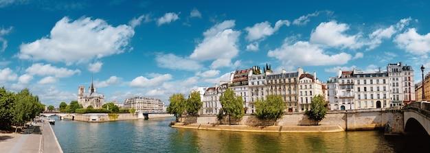 Париж, река сена с собором нотр-дам весной Premium Фотографии