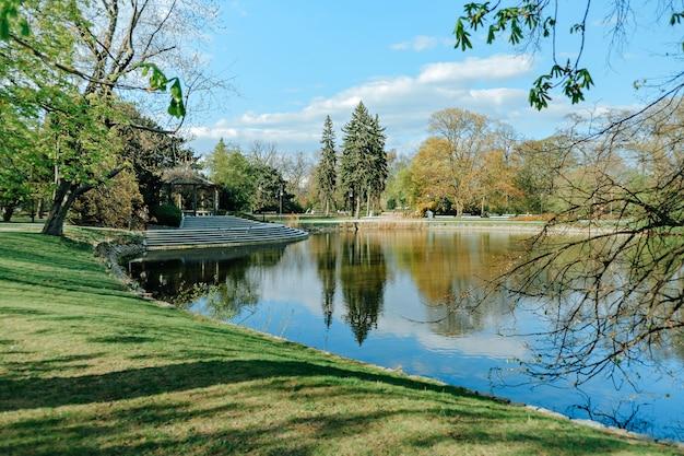 春のワルシャワのウヤズドフスキ公園 Premium写真