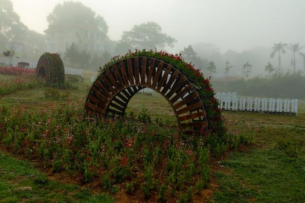 Парк с подставкой для растений в форме арки и яркими цветами в фуйен, вьетнам Бесплатные Фотографии