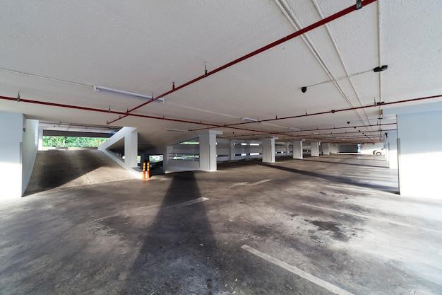 Гараж, интерьер, производственное здание, пустой подземный интерьер Premium Фотографии