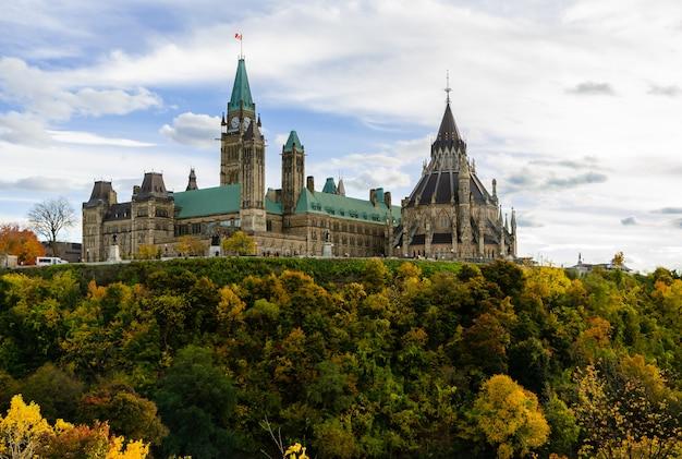 Parliament hill in autumn season, ottawa, canada Premium Photo