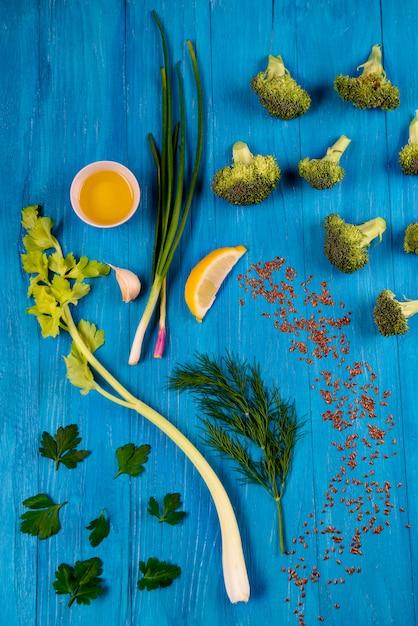 パセリ、フェンネル、セロリ、レモン、ブロッコリー、ブルーの木製テーブル 無料写真