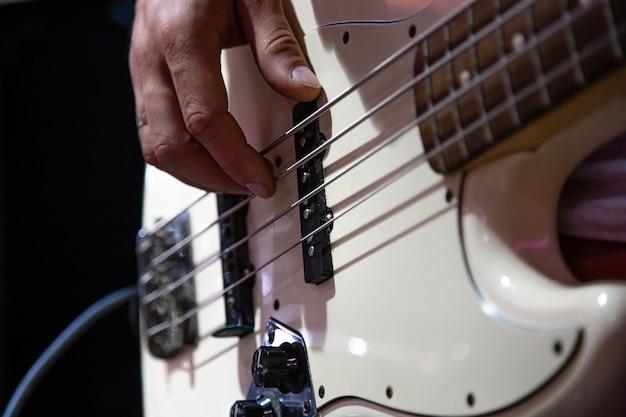 Часть бас-гитары заделывают, играя на черном фоне. Бесплатные Фотографии
