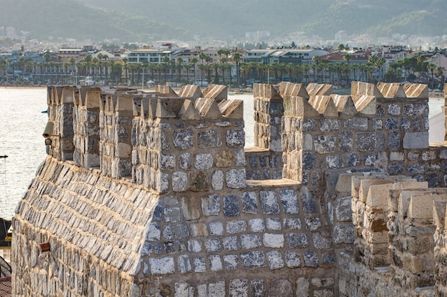 Часть средневекового форта в мармарисе, турция. стены и башни сделаны из крупного грубого камня Premium Фотографии