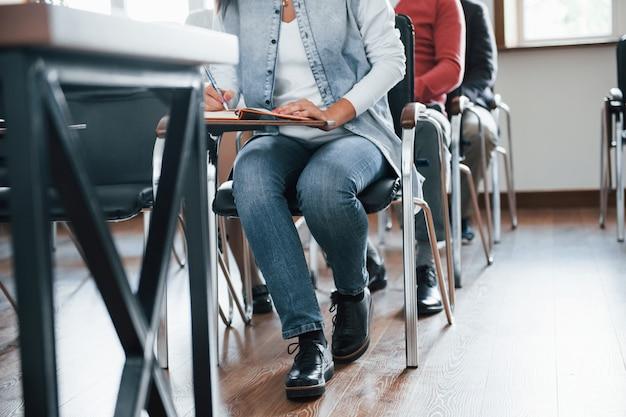 パーティクルビュー。昼間の近代的な教室でのビジネス会議での人々のグループ 無料写真
