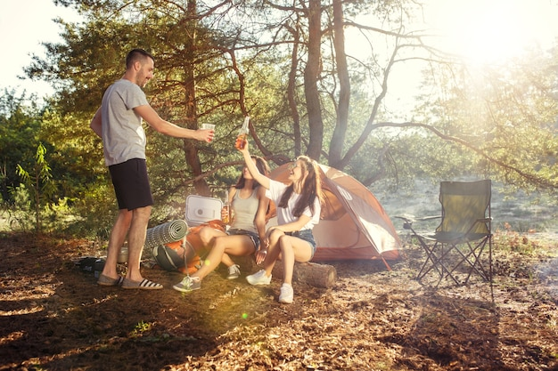 パーティー、森での男女グループのキャンプ 無料写真