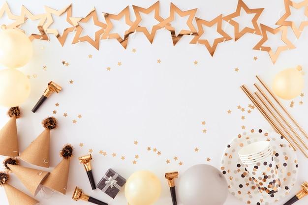 Партия, карнавал, фестиваль и день рождения золотой фон с воздушным шаром, разноцветными лентами и конфетти. Premium Фотографии
