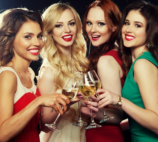 Party  girls clinking flutes with sparkling wine Premium Photo