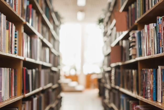 図書館の本棚間の通路 無料写真