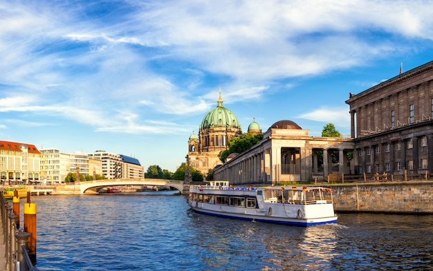เที่ยวเบอร์ลิน Passenger boat on river spree in berlin