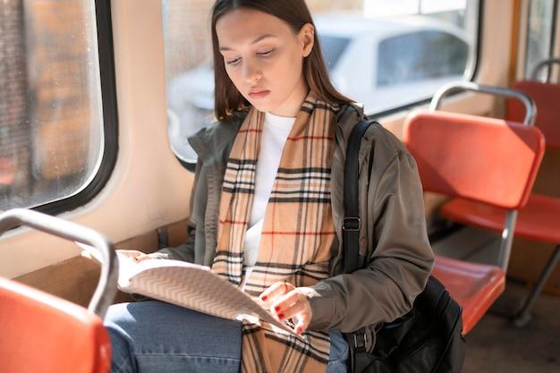 Passeggero che legge e viaggia in tram Foto Gratuite